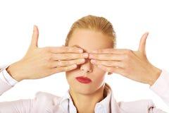 Επιχειρησιακή γυναίκα που καλύπτει τα μάτια της με τα χέρια της Μην δείτε καμία κακή έννοια Στοκ εικόνα με δικαίωμα ελεύθερης χρήσης