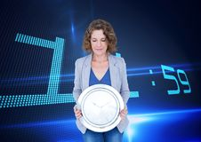 Επιχειρησιακή γυναίκα που κρατά ένα ρολόι στο κλίμα με το ρολόι Στοκ εικόνες με δικαίωμα ελεύθερης χρήσης