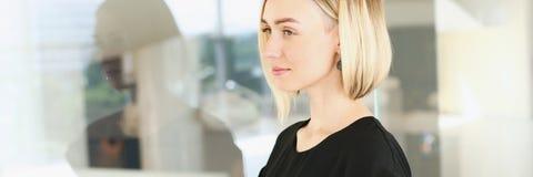 Επιχειρησιακή γυναίκα που κρατά ένα smartphone σε την Στοκ Εικόνα