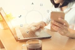 Επιχειρησιακή γυναίκα που κρατά το έξυπνο τηλέφωνο με τη ροή εικονιδίων Επικοινωνία Στοκ φωτογραφίες με δικαίωμα ελεύθερης χρήσης