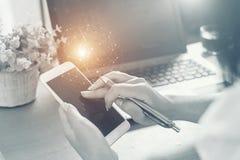 Επιχειρησιακή γυναίκα που κρατά το έξυπνο τηλέφωνο με τη ροή εικονιδίων Επικοινωνία Στοκ Εικόνες