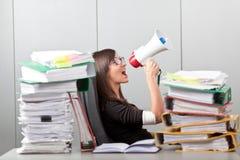 Επιχειρησιακή γυναίκα που κραυγάζει με megaphone Στοκ Φωτογραφία