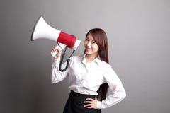 Επιχειρησιακή γυναίκα που κραυγάζει με megaphone Στοκ εικόνες με δικαίωμα ελεύθερης χρήσης
