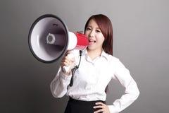 Επιχειρησιακή γυναίκα που κραυγάζει με megaphone Στοκ Εικόνα
