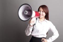 Επιχειρησιακή γυναίκα που κραυγάζει με megaphone Στοκ φωτογραφίες με δικαίωμα ελεύθερης χρήσης