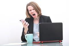 Επιχειρησιακή γυναίκα που κραυγάζει στο τηλέφωνο στη εξυπηρέτηση πελατών Στοκ Εικόνες