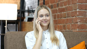 Επιχειρησιακή γυναίκα που μιλά σε Smartphone, εσωτερικό γραφείο Στοκ Φωτογραφίες