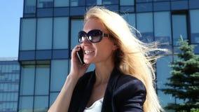 Επιχειρησιακή γυναίκα που μιλά στο κινητό τηλέφωνο φιλμ μικρού μήκους