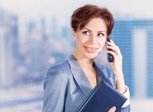 Επιχειρησιακή γυναίκα που μιλά στο τηλέφωνο Στοκ εικόνα με δικαίωμα ελεύθερης χρήσης