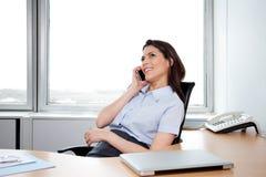 Επιχειρησιακή γυναίκα που μιλά στο τηλέφωνο Στοκ Φωτογραφία