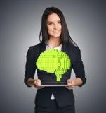 Επιχειρησιακή γυναίκα που παρουσιάζει ένα εικονοκύτταρο στον εγκέφαλο Στοκ Εικόνες