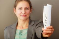 Επιχειρησιακή γυναίκα που παρουσιάζει σύμβαση Στοκ Εικόνα