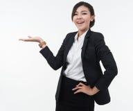 Επιχειρησιακή γυναίκα που παρουσιάζει το ανοικτό χέρι για το προϊόν ή κείμενο στο άσπρο BA Στοκ Φωτογραφίες