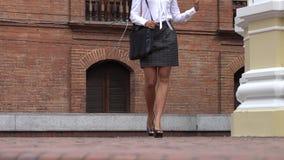 Επιχειρησιακή γυναίκα που περπατά στη κάμερα απόθεμα βίντεο
