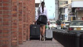 Επιχειρησιακή γυναίκα που περπατά στο πεζοδρόμιο απόθεμα βίντεο