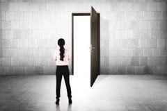Επιχειρησιακή γυναίκα που πηγαίνει στη ανοιχτή πόρτα Στοκ εικόνα με δικαίωμα ελεύθερης χρήσης