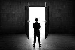 Επιχειρησιακή γυναίκα που πηγαίνει στη ανοιχτή πόρτα Στοκ Φωτογραφίες