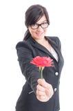 Επιχειρησιακή γυναίκα που προσφέρει ένα λουλούδι Στοκ Εικόνες