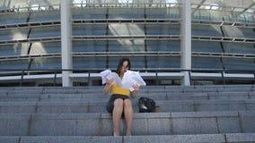 Επιχειρησιακή γυναίκα που ρίχνει τα έγγραφα στη κάμερα απόθεμα βίντεο