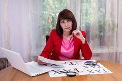 Επιχειρησιακή γυναίκα που σκέφτεται για τη μελλοντική φορολογία στοκ φωτογραφία