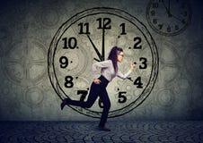 Επιχειρησιακή γυναίκα που τρέχει έξω του χρόνου στοκ φωτογραφία με δικαίωμα ελεύθερης χρήσης