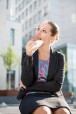 Επιχειρησιακή γυναίκα που τρώει το σπάσιμο Â Στοκ εικόνες με δικαίωμα ελεύθερης χρήσης
