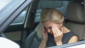 Επιχειρησιακή γυναίκα που υφίσταται την ημικρανία, που οδηγεί το αυτοκίνητο, κίνδυνος ατυχήματος, υγεία απόθεμα βίντεο