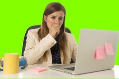 Επιχειρησιακή γυναίκα που υφίσταται την πίεση στο πράσινο κλειδί χρώματος υπολογιστών γραφείων Στοκ Φωτογραφίες