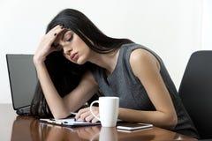 Επιχειρησιακή γυναίκα που φαίνεται κουρασμένη στοκ εικόνες