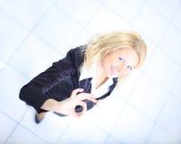Επιχειρησιακή γυναίκα που χαμογελά και που κάνει το εντάξει σημάδι στοκ φωτογραφία