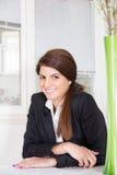 Επιχειρησιακή γυναίκα που χαμογελά στο σπίτι στοκ εικόνες με δικαίωμα ελεύθερης χρήσης