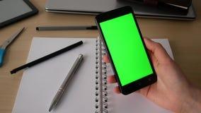 Επιχειρησιακή γυναίκα που χρησιμοποιεί μια οθόνη επαφής Smartphone πράσινη οθόνη απόθεμα βίντεο