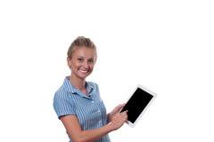 Επιχειρησιακή γυναίκα που χρησιμοποιεί τον ψηφιακό υπολογιστή ταμπλετών στο άσπρο υπόβαθρο Στοκ φωτογραφίες με δικαίωμα ελεύθερης χρήσης