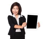 Επιχειρησιακή γυναίκα που χρησιμοποιεί το ψηφιακό PC ευτυχές απομονωμένο ο υπολογιστών ταμπλετών Στοκ Εικόνες