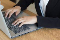 Επιχειρησιακή γυναίκα που χρησιμοποιεί το lap-top που ελέγχουν το ηλεκτρονικό ταχυδρομείο ή το μήνυμα στην αρχή ή τη καφετερία Στοκ Εικόνα