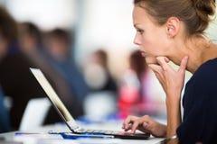 Επιχειρησιακή γυναίκα που χρησιμοποιεί το lap-top Στοκ Εικόνα