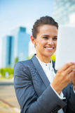 Επιχειρησιακή γυναίκα που χρησιμοποιεί το PC ταμπλετών στην περιοχή γραφείων Στοκ φωτογραφία με δικαίωμα ελεύθερης χρήσης