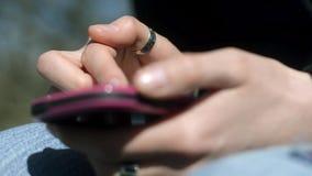 Επιχειρησιακή γυναίκα που χρησιμοποιεί το smartphone που κοιτάζει βιαστικά τα κοινωνικά μέσα στο κινητό τηλέφωνο που συνδέει με τ απόθεμα βίντεο