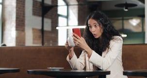 Επιχειρησιακή γυναίκα που χρησιμοποιεί app στη συνεδρίαση smartphone στο σύγχρονο γραφείο Όμορφος περιστασιακός θηλυκός επαγγελμα απόθεμα βίντεο
