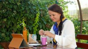 Επιχειρησιακή γυναίκα σε έναν καφέ απόθεμα βίντεο