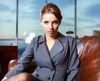Επιχειρησιακή γυναίκα σε ένα γραφείο Στοκ εικόνες με δικαίωμα ελεύθερης χρήσης