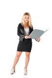 Επιχειρησιακή γυναίκα σε ένα επιχειρησιακό κοστούμι με έναν φάκελλο στοκ φωτογραφίες με δικαίωμα ελεύθερης χρήσης