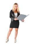 Επιχειρησιακή γυναίκα σε ένα επιχειρησιακό κοστούμι με έναν φάκελλο στοκ φωτογραφία με δικαίωμα ελεύθερης χρήσης