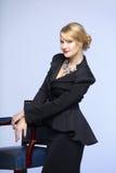 Επιχειρησιακή γυναίκα σε ένα κομψό μαύρο κοστούμι στοκ φωτογραφίες