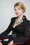Επιχειρησιακή γυναίκα σε ένα κομψό μαύρο κοστούμι στοκ εικόνα