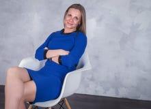 Επιχειρησιακή γυναίκα σε ένα μπλε φόρεμα Στοκ φωτογραφία με δικαίωμα ελεύθερης χρήσης