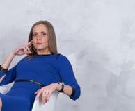 Επιχειρησιακή γυναίκα σε ένα μπλε φόρεμα Στοκ Φωτογραφία