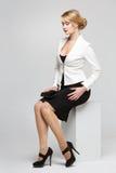 Επιχειρησιακή γυναίκα σε μια κομψή συνεδρίαση κοστουμιών στοκ φωτογραφίες
