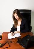 Επιχειρησιακή γυναίκα σε μια συνεδρίαση κοστουμιών σε ένα γραφείο Στοκ φωτογραφίες με δικαίωμα ελεύθερης χρήσης
