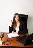 Επιχειρησιακή γυναίκα σε μια συνεδρίαση κοστουμιών σε ένα γραφείο Στοκ Φωτογραφία
